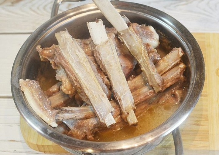 1. Stage. Separate the ribs from each other and fry until golden brown with fat to the bottom, then there will be no need to add oil. Put the meat in a saucepan or cauldron, fill with broth.