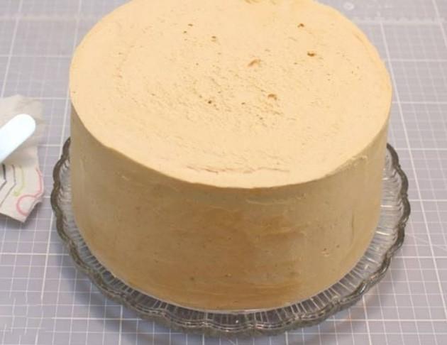1. Этап. Торт достаньте из холодильника и смажьте верх оставшимся кремом, края выровняйте горячим шпателем.