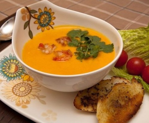 1. Stage. Serve the finished soup with fried shrimp and slices of bread.