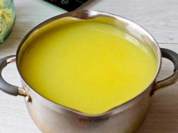 1. Stage. Next, open a jar of ready-made tincture and filter it thoroughly through a sieve. After that, to prevent alcohol from evaporating, pour the strained tincture into syrup, mix well.