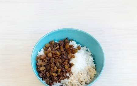 1. Этап. Рис отварите до готовности и охладите. Добавьте к рису изюм, дрожжи и сахар 1 ст. л. Накройте пищевой пленкой и оставьте при комнатной температуре на час.