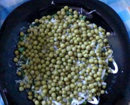 1. Этап. Второй слой: полбанки зеленого горошка, сыр, майонез.