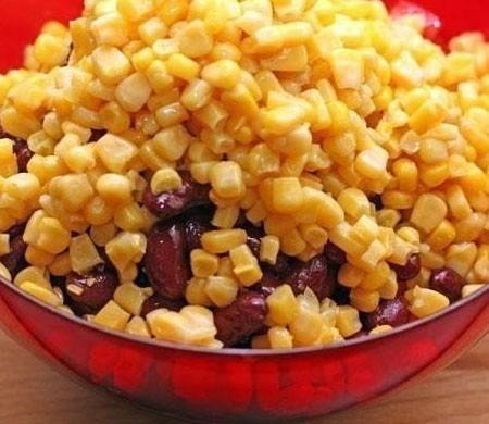 1. Этап. Добавьте к нарезанным овощам кукурузу и фасоль предварительно слив жидкость.