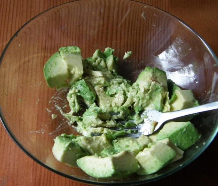 1. Этап. В большой миске размять авокадо и лимонный сок вилкой, приправить солью и перцем.