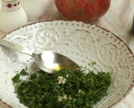 1. Stage. For dressing, mix finely chopped dill, olive oil, minced garlic, lemon juice, and a little salt. Mix well.