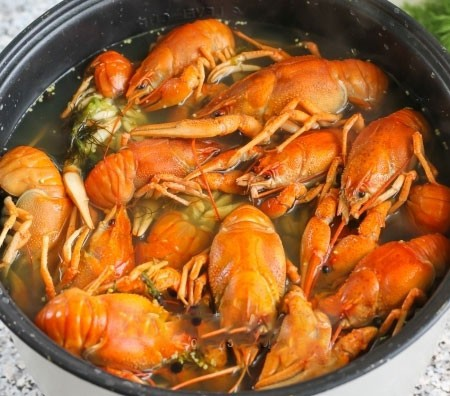 1. Stage. Leave the finished crayfish in the broth for another 20 minutes, then they will be very juicy.