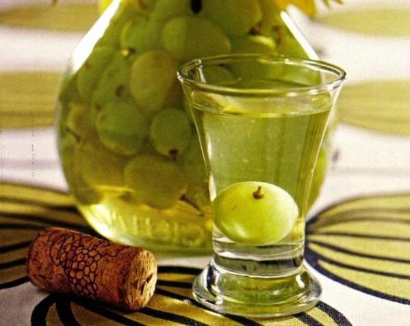1. Этап. Виноград, цедру лимона и бадьян сложите в банку, влейте водку. Хорошо перемешайте, герметично накройте крышкой и настаивайте в прохладном месте 2 месяца. После чего процедите и подавайте.