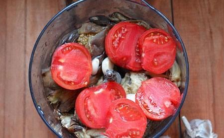 1. Этап. Баклажаны сложите в блендер, добавьте чеснок нарезанные помидоры.