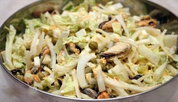 1. Этап. Смешайте сок лимона с оливковым маслом и солью и заправьте салат. Также можете использовать и майонез.
