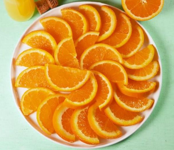 1. Этап. Слейте апельсины на дуршлаг, оставив жидкость для других коктейлей, если хотите. Промокните дольки апельсина насухо и обмакните одну сторону в сахар непосредственно перед подачей на стол.