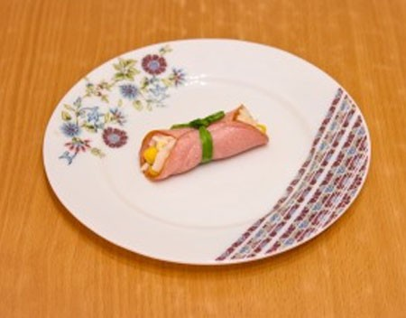 1. Stage. Roll the ham into a roll and dress with green onions.