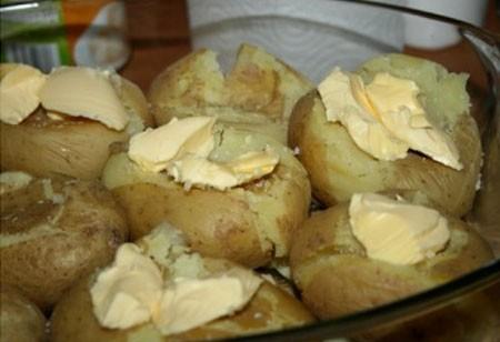 1. Этап. Уложите картофель в форму и на каждую штучку выложите по небольшому кусочку сливочного масла. Посолите немного и посыпьте розмарином или другими специями.