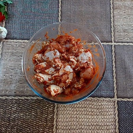 1. Этап. Затем добавьте томатную пасту, лучше всего использовать натуральную без каких либо добавок, если она слишком густая просто разбавьте немного водой. Тщательно перемешайте крылышки, что бы они со всех сторон были покрыты томатом и специями. Оставьте мариноваться при комнатной температуре пол часа.