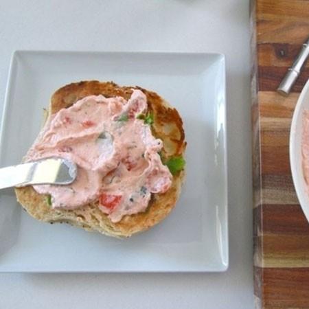 1. Этап. Выложите крем-сыр в тарелку и добавьте нарезанный лосось что остался, а так же зелень петрушки. Перемешайте и подавайте.