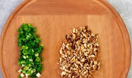 1. Этап. Орехи подсушите на сковороде и нарубите ножом, лук мелко нарежьте.