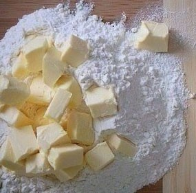 1. Stage. Add a little flour, salt, sugar to the yolks. Cut the butter and grind with the rest of the flour.