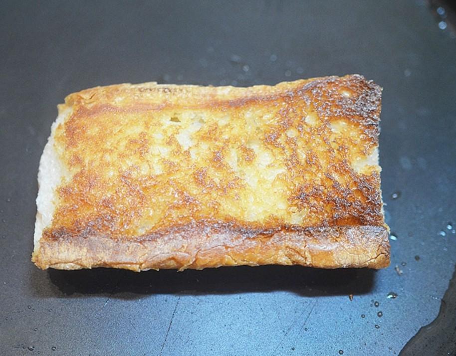 1. Этап. Хлеб обжарьте на сухой сковороде до румяной корочки.