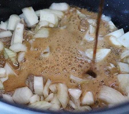 1. Этап. Морковь и лук нарежьте кубиками, чеснок разрежьте на четыре части. Мясо выложите в кастрюлю и добавьте половину лука. Влейте пиво и варите на среднем огне после закипания 30 минут.