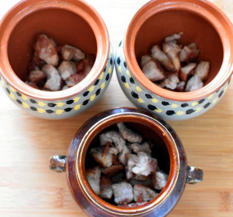 1. Этап. Мясо также нарежьте на кусочки и обжарьте на растительном масле до румяности. Переложите в горшочки и посолите по вкусу.