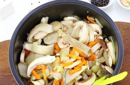 1. Этап. Выложите морковь и лук в мультиварку, добавьте растительное масло и обжарьте несколько минут в режиме