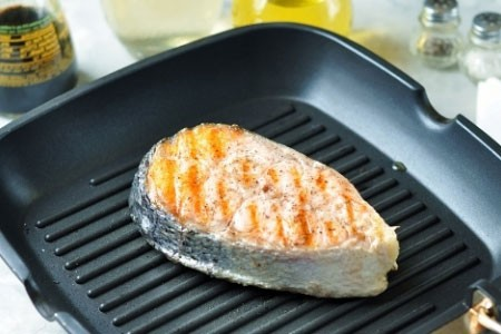 1. Stage. Fry the salmon on each side for about 2 minutes, oiling is also not necessary.