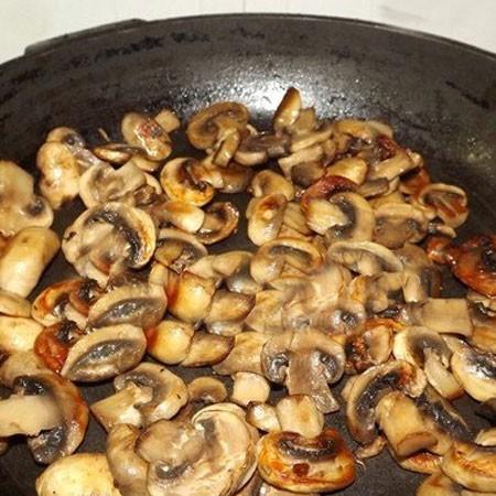 1. Этап. Свежие шампиньоны режем на пластины и жарим до румяности на растительном масле. Пересыпьте грибы в тарелку.