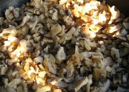 1. Этап. Лук мелко нарежьте, обжарьте на сливочном масле до мягкости, затем добавьте грибы и готовьте около 5 минут. Посолите и поперчите по вкусу, всыпьте муку, хорошо перемешайте и обжарьте еще 2 минуты.