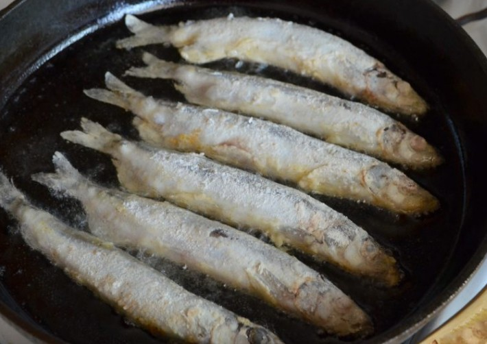 1. Stage. Heat the oil well in a pan and transfer the fish.