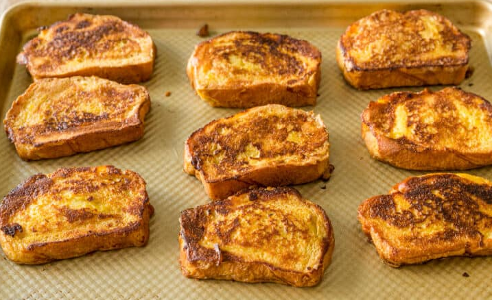 1. Stage. Transfer the prepared croutons to a baking sheet covered with parchment and cook in the oven at 120 C for another 10 minutes so that the custard is completely set on the bread. Serve with your favorite preserves or marmalades.