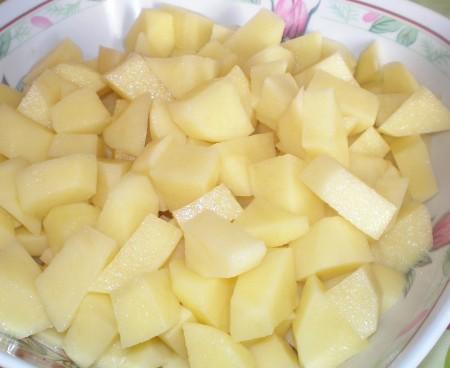 1. Этап. Картофель нарежьте кубиками и отправьте в суп. Варите до мягкости картофеля.