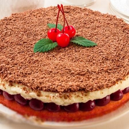 1. Этап. Украсьте верх тертым шоколадом и поставьте пирог в холодильник на пропитку на 3 часа.