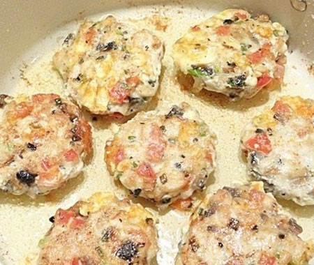 1. Stage. From the resulting mass, make the patties with your hands moistened in water and immediately arrange them in a preheated pan with vegetable oil. <strong>Fry chicken cutlets with vegetables</strong> until golden brown.