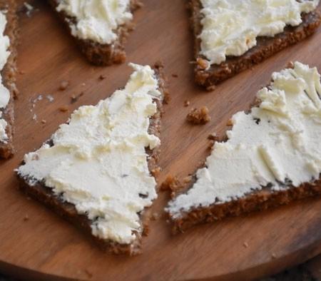 1. Этап. Ломтики хлеба берите не слишком толстые чтобы в полной мере ощущалась рыба. У хлеба срежьте корку чтобы кусочки получились ровными квадратами, кусочки хлеба разрежьте по диагонали на треугольники и смажьте сливочные сыром.