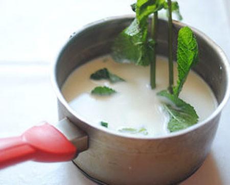 1. Этап. Мяту промойте и немного разотрете листочки пальцами чтобы она отдала весь свой аромат. Молоко перелейте в кастрюлю, добавьте мяту и сахар. Доведите до кипения и варите 2 минуты помешивая.