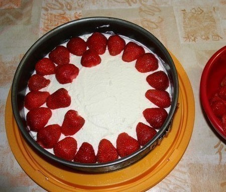 1. Stage. Put the strawberries on the cake and pour the jelly. Place the <strong>cake</strong> in the refrigerator until the jelly has completely set.