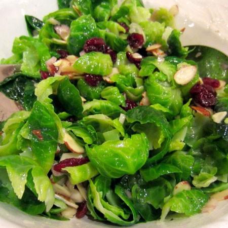 1. Этап. В блюдо переложите капусту, добавьте миндаль с вишней и заправьте приготовленной заправкой.