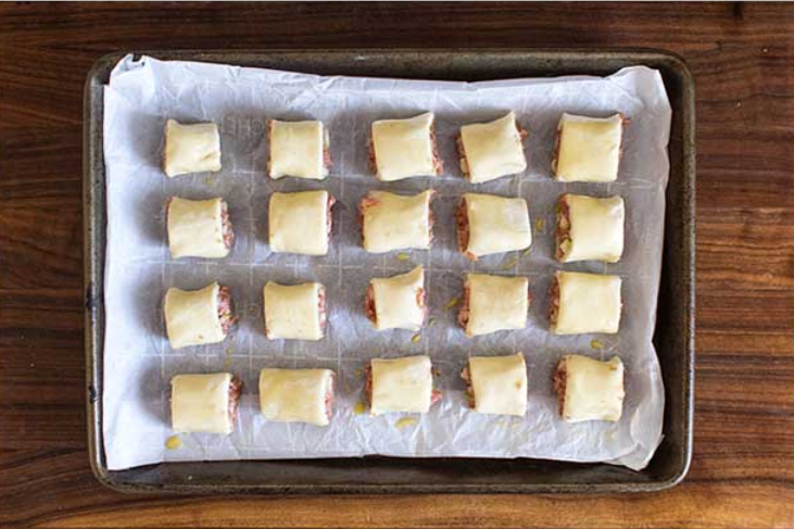 1. Stage. Cut each roll in half, then each half in half, then each quarter in half until you have 8 equal pieces. Place the sausage rolls about an inch apart on the baking sheet. Bake for 25-30 minutes, or until the pastry is golden brown on top. Serve warm or at room temperature.