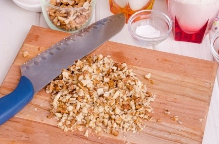 1. Этап. Орехи измельчите любым удобным для вас способом, только сильно не измельчайте в пироге должны чувствоваться кусочки.