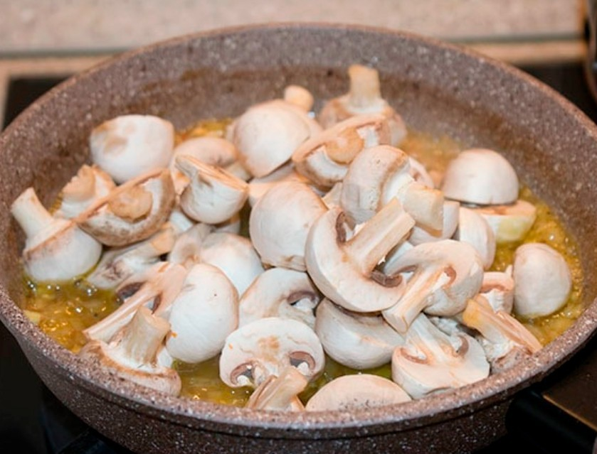 1. Stage. Add chopped mushrooms to the pan, salt and pepper to taste, mix well. Stew under the lid for 5 minutes.