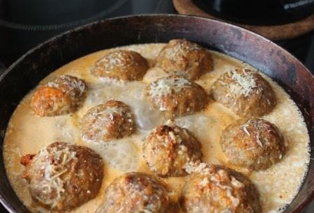 1. Этап. Тефтели залейте соусом прямо в сковороде и тушите под крышкой 15 минут. Посыпьте сыром и готовьте еще 5 минут.