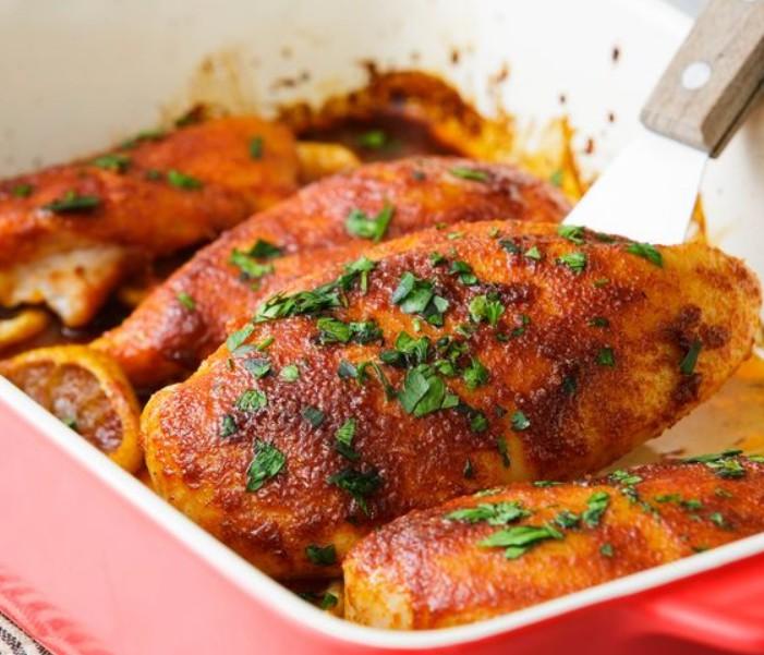 1. Этап. Слегка накройте курицу фольгой и дайте постоять не менее 5 минут. Подавайте посыпав зеленью.