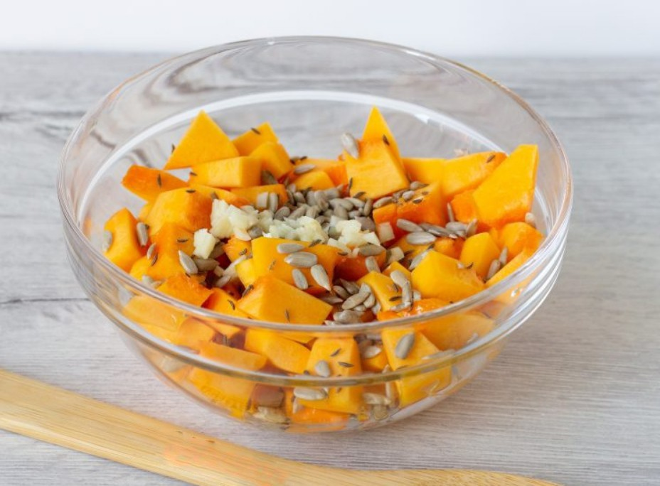 1. Stage. Cut the peeled pumpkin into small cubes, add peeled seeds, garlic passed through a press, caraway seeds and salt to taste. Shuffle.