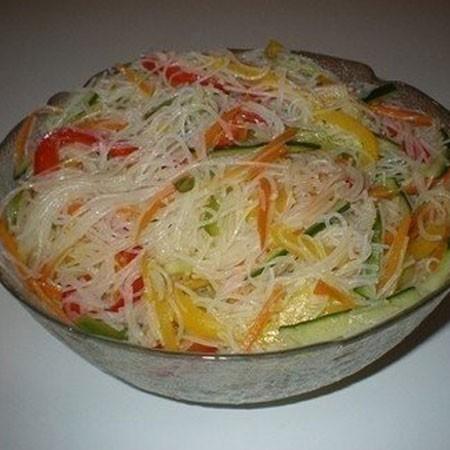 1. Этап. Как только пассерование морковь, перец и чеснок остынут, смешать их с лапшой и огурцом. Добавить уксус, соль по вкусу и соевый соус.