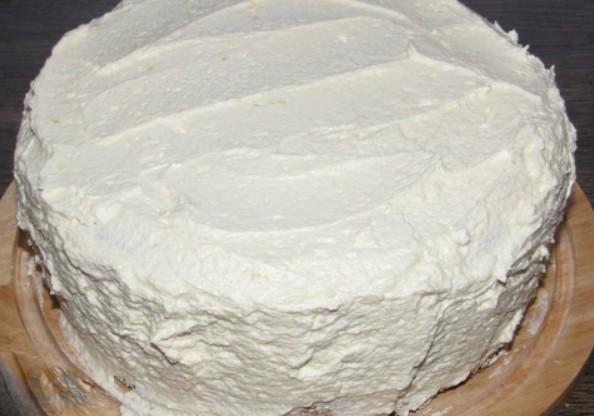 1. Этап. Готовым кремом перемажьте коржи и обмажьте весь торт снаружи.
