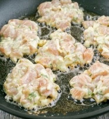 1. Этап. С помощью ложки выложите готовое тесто на разогретую сковороду с растительным маслом, обжарьте до золотистого цвета с обеих сторон, примерно по 4 минуты.