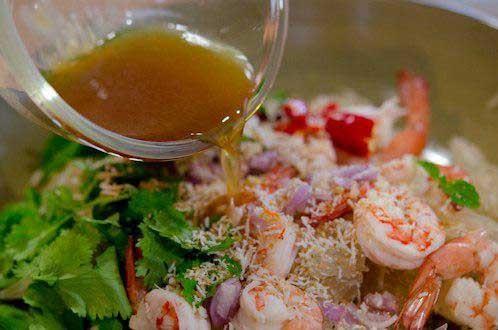 1. Этап. Смешайте рыбный соус, сок лайма и сахар. Залейте этим соусом салат, перемешайте и подавайте к столу.