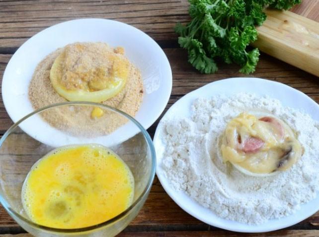 1. Этап. Яйцо взбейте с солью и перцем, в отдельные миски насыпьте панировочные сухари и муку. Луковые кольца обваляйте в муке, обмакните в яйце, затем обваляйте в сухарях.
