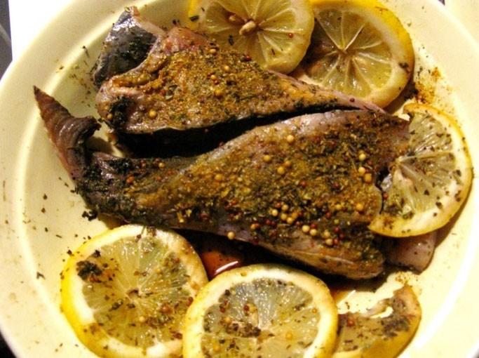 1. Етап. Стейки хоршо помийте. Додайте до мяса гірчицю і прованські трави за смаком, сік з половини лимона і часточки другої половинки, соєвий соус. Добре перемішайте і поставте на 1 годину маринуватися в холодильник.