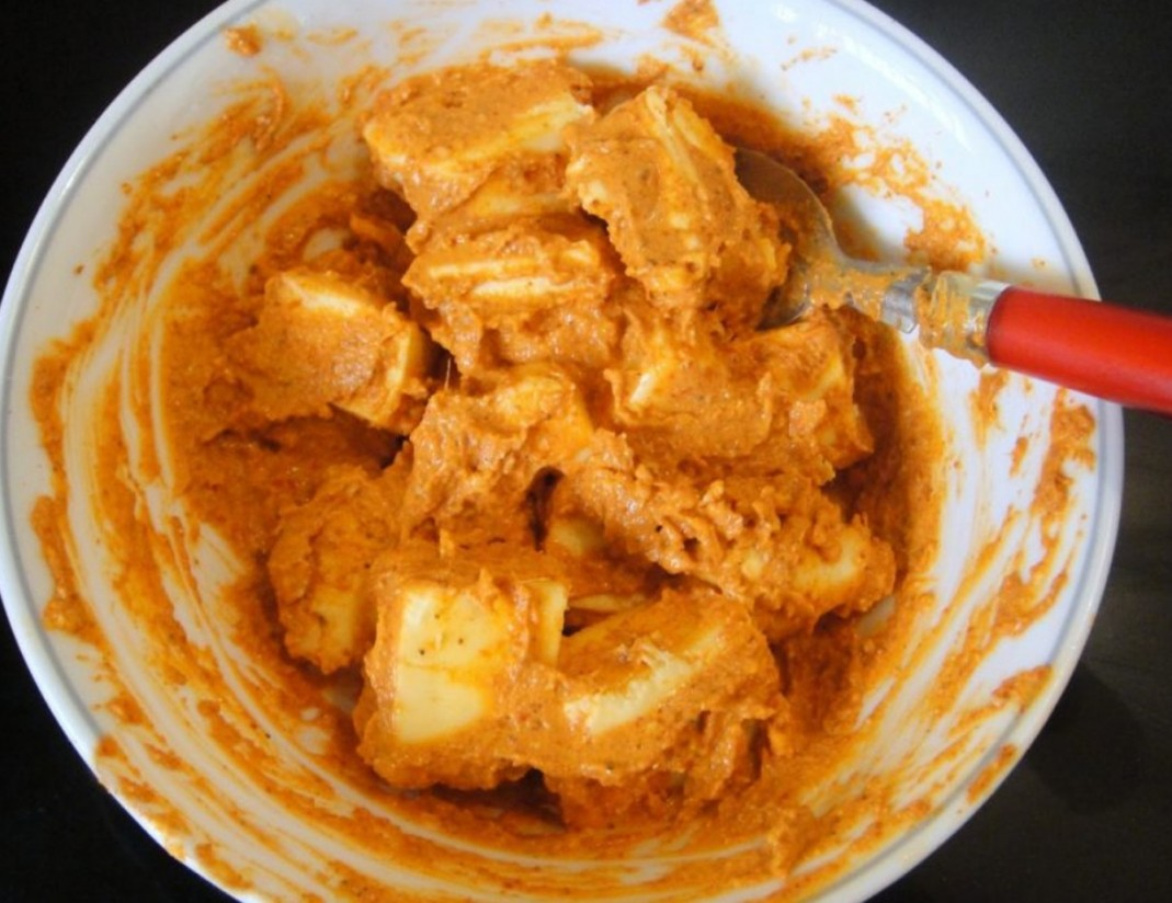 1. Этап. Овощи и сыр нарежьте на крупные кубики, смешайте все с соусом.