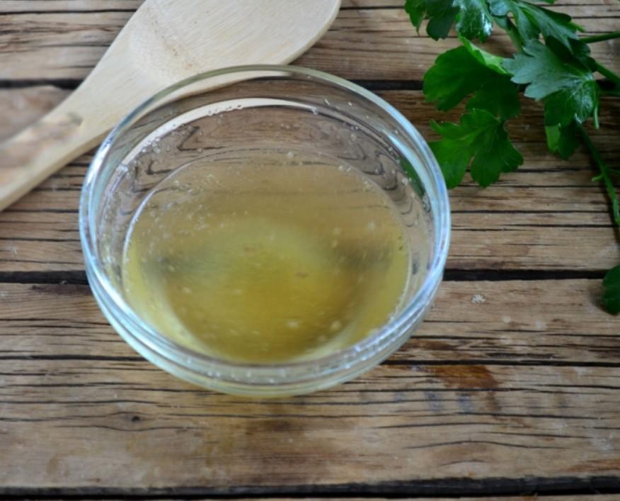 1. Этап. В бульон добавьте желатин и оставьте набухать.